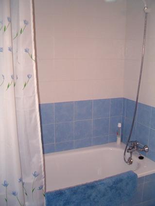 Three bedroom apartment to rent Anoreta golf Costa del Sol - Family Bathroom