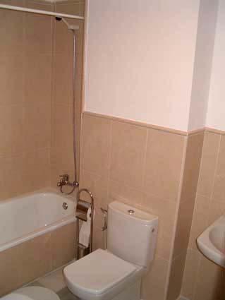 Three bedroom apartment to rent Anoreta golf Costa del Sol - En-Siute Bathroom