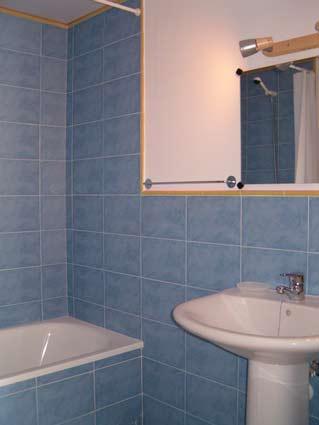 Three bedroom apartment to rent Anoreta golf Costa del Sol - Family Bathroom