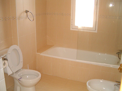 Three bedroom apartment to rent Anoreta golf Costa del Sol - En-suite Bathroom