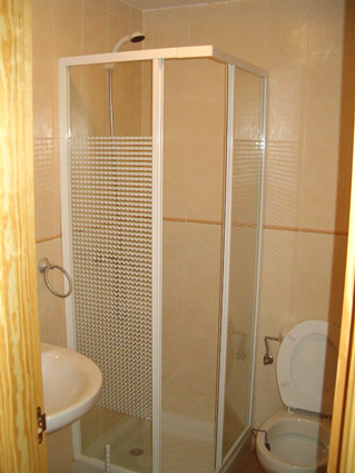 Three bedroom apartment to rent Anoreta golf Costa del Sol - Shower Room