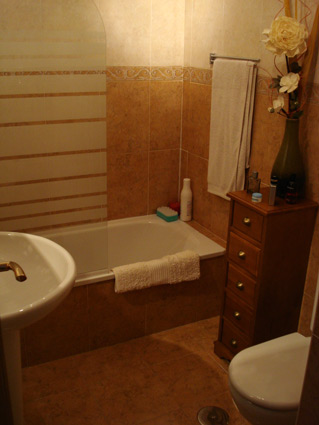 Holiday rental apartment ref. ANG008 - Ensuite bathroom