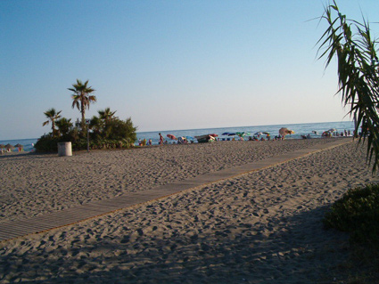 One bedroom apartment to rent Torrox Costa Garden has direct access to Playa Cenicero beach