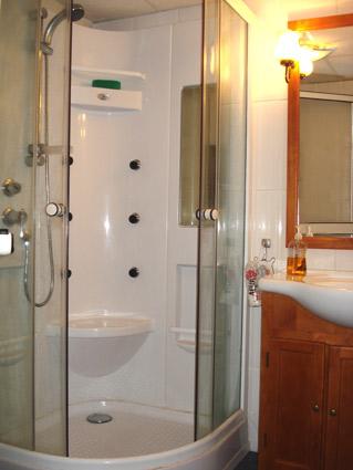 Three bedroom house to rent Velez Malaga ref. VM004 - Shower Room